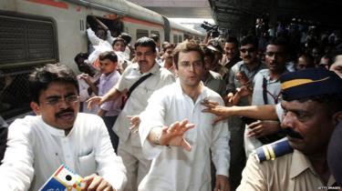 मुंबई में रेलवे प्लेटफॉर्म पर राहुल गांधी
