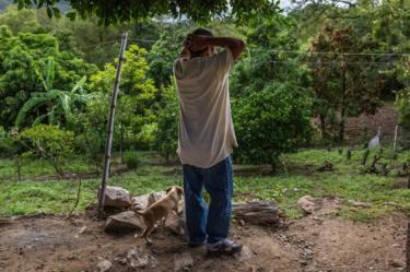 Ayah Ricardo Flores, Jose Guadalupe, mengamati lahan keluarga di Acatlán.