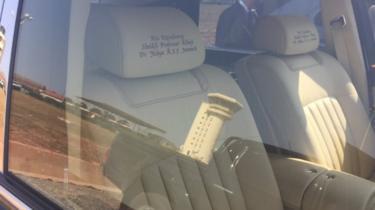 Les repose-têtes des sièges de la Rolls-Royce du président Jammeh à l'aéroport de Banjul.