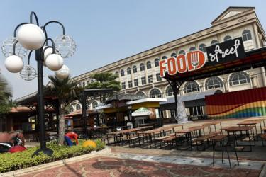 Suasana sejumlah bangunan yang berada di kawasan Pulau D hasil reklamasi, di kawasan pesisir Jakarta.