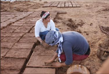 نساء يصنعن القرميد الطيني