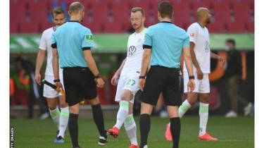 Wachezaji wa Wolfsburg walisalimiana na marefa wa mechi hiyo kwa kugongana miguu baada ya mechi