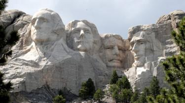 L'immagine mostra il Mount Rushmore National Monument in South Dakota
