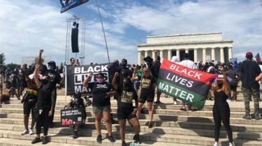 Manifestantes do Black Lives Matter ficam perto do Lincoln Memorial em 28 de agosto de 2020