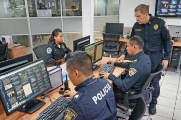 Jose Gil, wakil menteri Informasi dan Intelijen Siber Mexico City, sedang mengawasi timnya.