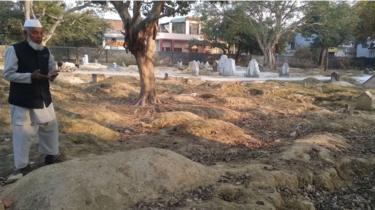 Mohammad Shareef berdoa dekat pemakaman.
