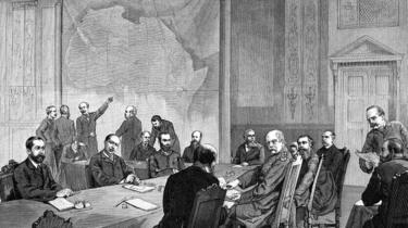 Un dessin de la conférence de Berlin avec une carte géante de l'Afrique