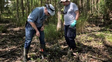 علماء الجيولوجيا يجمعون عينات من التربة في المزرعة