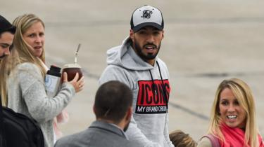 Uruguayan footballer Luis Suárez touches down in Rosario for teammate's big day