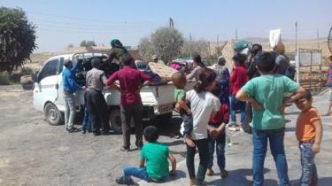 جانب من انتقال بعض نساء المنطقة المحيطة بقرية جيوار