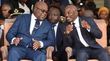 Joseph Kabila (iburyo) wahoze ari Perezida wa Kongo yicaye iruhande rw'uwamusimbuye Perezida Félix Tshisekedi mu muhango w'irahira rye ku itariki ya 24 y'ukwezi kwa mbere uyu mwaka