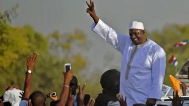 Adama Barrow célébrant sa victoire sur Yahya Jammeh en 2017