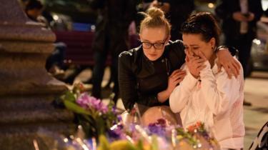ایلبرٹ حال میں دو خواتین ایک دوسرے کو غم میں سہارا دے رہی ہیں