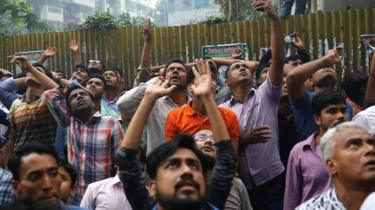People outside the burning building in Dhaka, Bangladesh, on 28 March 2019