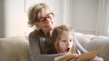Abuela leyendo junto a su nieta