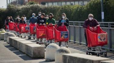 Antrean panjang di supermarket pemandangan biasa di Italia.