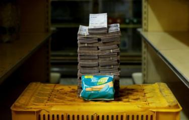 Pacote de absorvente ao lado de 3.500.000 bolívares