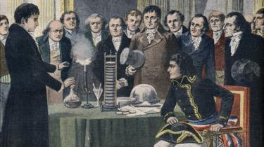 Alessandro Volta mostrando su invento