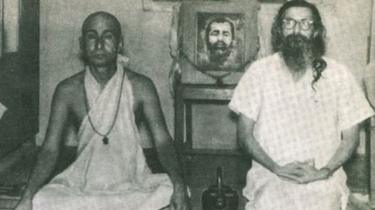 சுவாமி அமிர்தானந்த் உடன் குரு கோல்வல்கர்