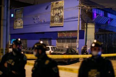 Agentes de la policía frente a la discoteca Thomas Restobar de Los Olivos, Lima, Perú, el 22 de agosto de 2020.