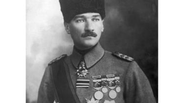 أتاتورك بالزي العسكري