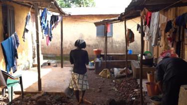 Perempuan muda berdiri di Conakry
