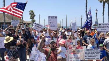 L'immagine mostra i manifestanti convergenti su Huntington Beach a maggio