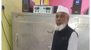 Shareef di depan tempat penyimpanan jenazah