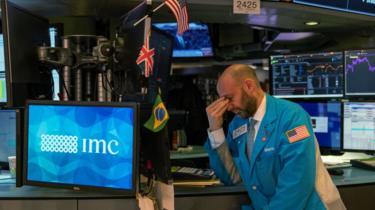 Um corretor da Bolsa de Valores de Nova York preocupado