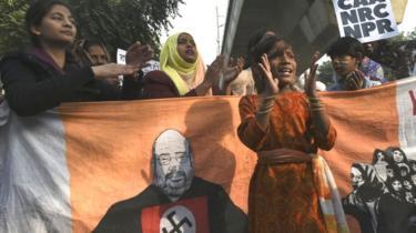 نئی دہلی میں جامعہ ملیہ کے باہر طلبا شہریت کے متنازع قانون کے خلاف احتجاج کر رہے ہیں