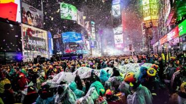 Abigina umwaka mushasha mu kibanza Times Square i Manhattan muri leta ya New York muri Amerika