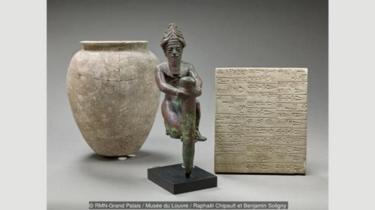 Mesopotamia mengembangkan sistem penulisan menggunakan stylus di atas tablet tanah liat yang lembek.