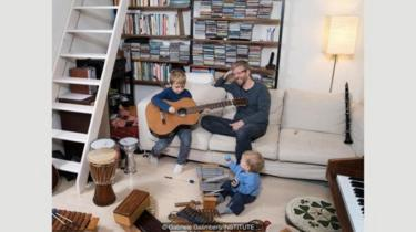 Davide Woods adalah seorang musisi yang tinggal di Florence, Italia, alat musiknya menjadi mainan untuk anak-anaknya, Noah dan Ian.
