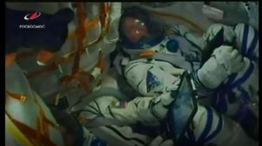 Livestream NASA memperlihatkan Hague dan Ovchinin terguncang saat masalah terjadi.