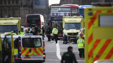 Emergency services on Westminster Bridge after attack on 22 March 2017