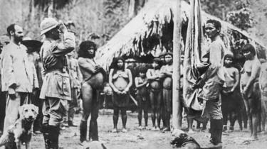 Rondon em cerimônia de hasteamento da bandeira em tribo no final da década de 1910