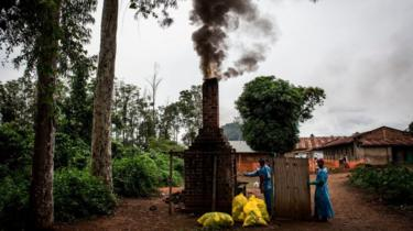 Incinération des déchets médicaux utilisés pour le soin des patients Ebola à Mangina, près de Beni.