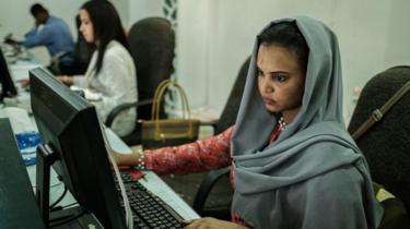 sudanesa usando internet