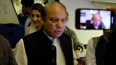 Nawaz Sharif gestures as he boards a Lahore-bound flight in Abu Dhabi. Photo: 13 July 2018