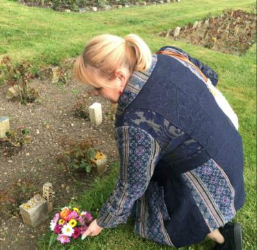 Jo Vigor-Mungovin lays flowers at the possible grave of Joseph Merrick