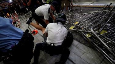 Kericuhan sempat meletus antara polisi dan pengunjuk rasa setelah unjuk rasa berakhir