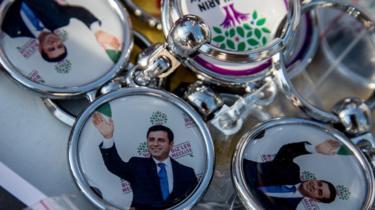 Selahattin Demirtas'ın fotoğrafı bulunan anahtarlıklar