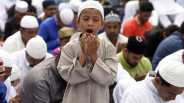 नमाज़ पढ़ता एक बच्चा