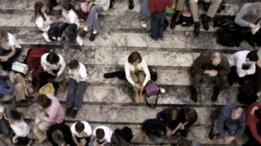 Un grupo de personas sentadas en una escalinata.