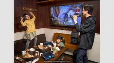 Takeshi Masuma bekerja 40 jam seminggu sebagai akuntan di Tokyo. Di waktu luangnya, dia suka mengajak anak perempuannya berkaraoke.