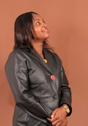 Kwa kuwa Angela alitamani sana kuwa na mpenzi aliamua kuishi na marafiki wa mumewe nyumbani kwake