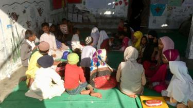 করাচীর বাঙালি কলোনীতে একটি অস্থায়ী স্কুল