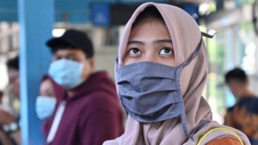 Seorang warga Jakarta mengenakan masker.