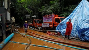 Acampamento de base da equipe de resgate na Tailândia