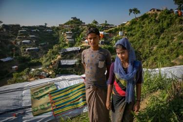 Mohammad Eliyas (kiri), yang masih berusia 18 tahun, menikahi Tasmina Begum (kanan), berusia 16 tahun, saat keduanya sama-sama mengungsi di Cox's Bazar, Bangladesh